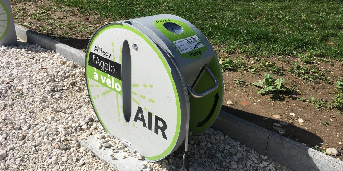 Une pompe à vélo ALTAO Pump aux couleurs de l'agglomération