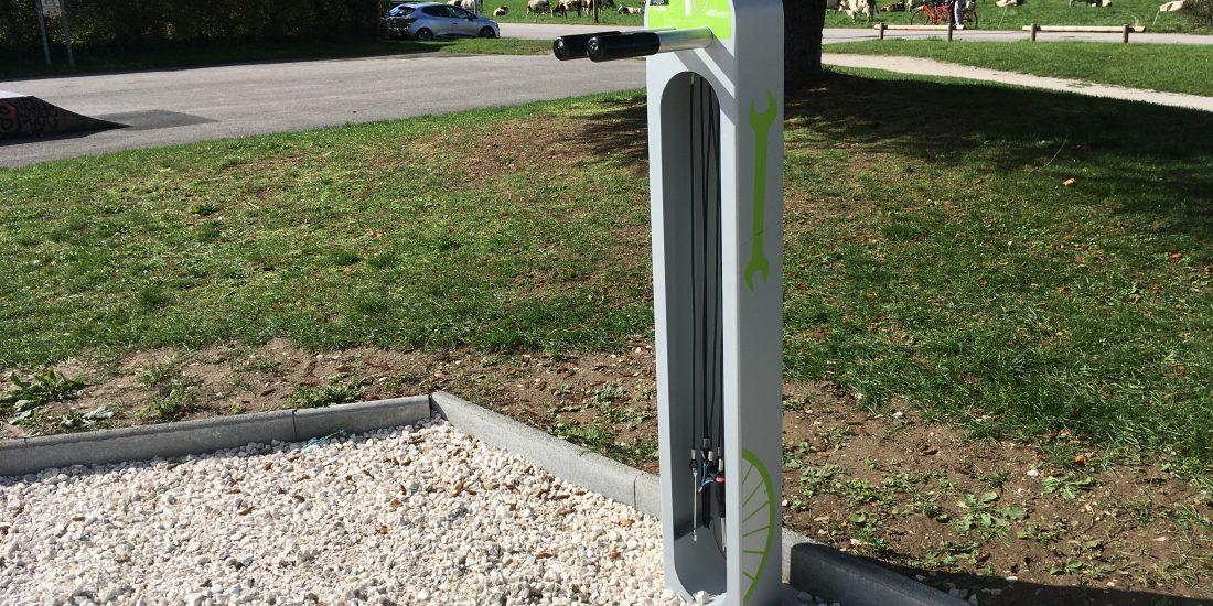 Une pied de réparation vélo ALTAO Fix aux couleurs de l'agglomération
