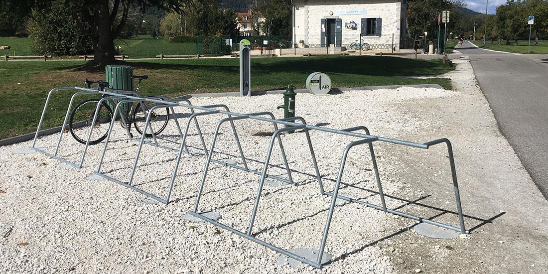 aire de services pour les cyclistes le long d'une voie verte