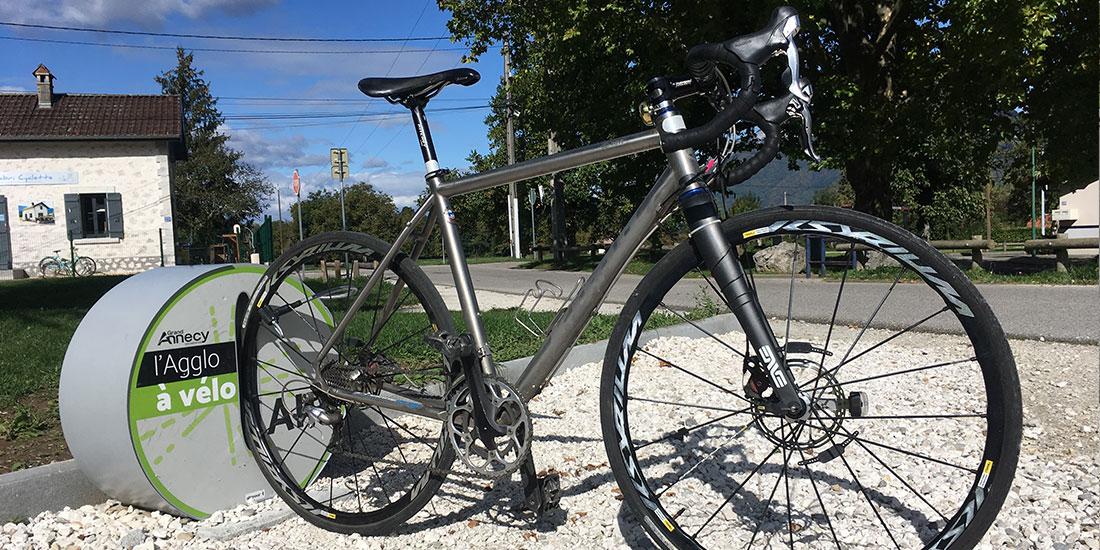 mobilier urbain installé pour gonfler son vélo