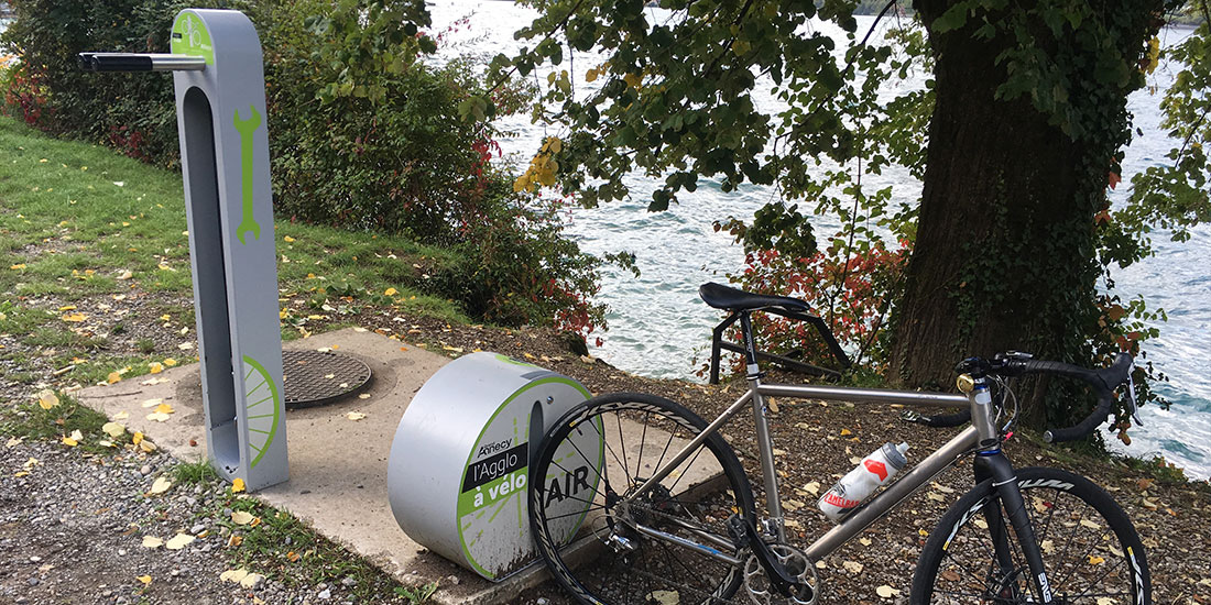 une aire de service vélo proche du lac d'Annecy
