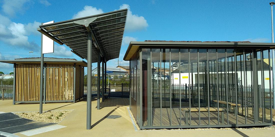 gare innovante avec abri solaire, parking vélo et espace d'attente sous toiture végétalisée