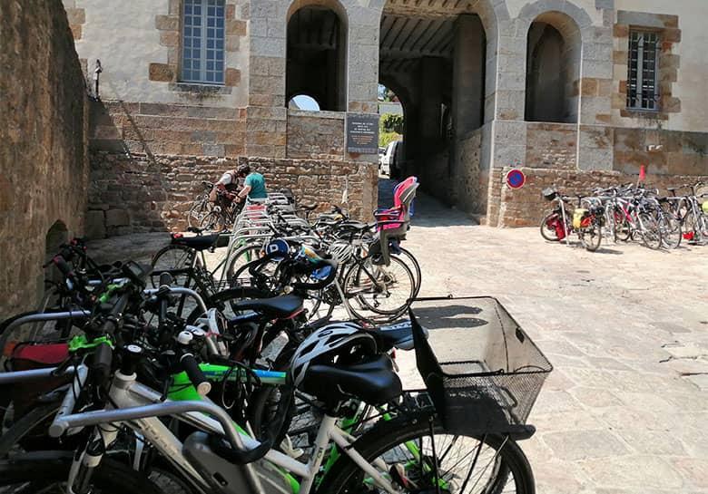 Un parking vélo pour cyclotouristes avec racks ALTAO® Mobile au Mont Saint Michel