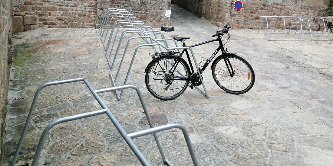 bornes avec un vélo stationné