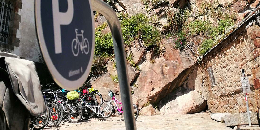 des arceaux du parking vélo pour cyclotouristes