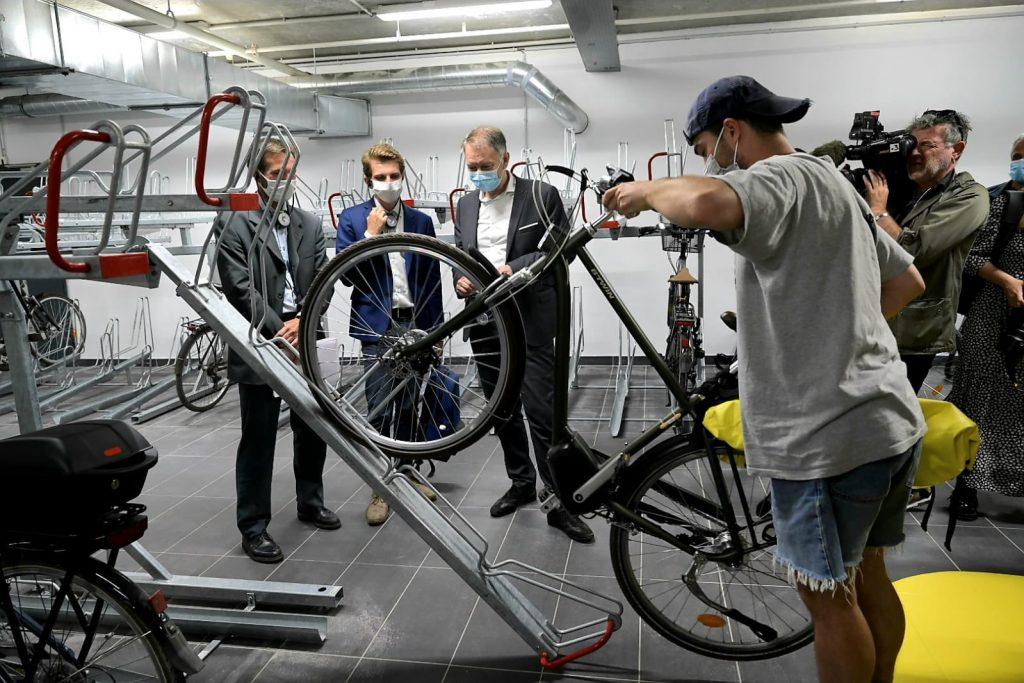 cycliste stationnant son vélo sur un rack