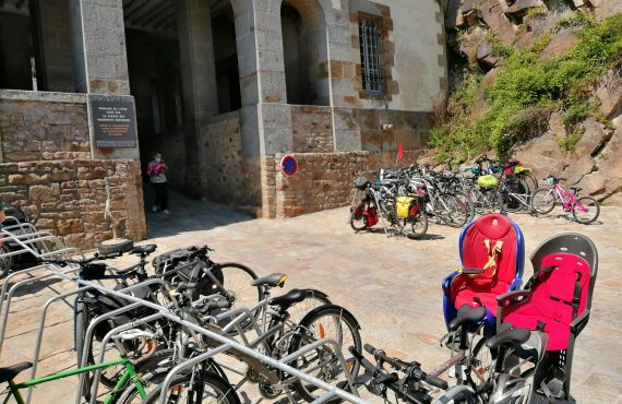 Un parking vélo pour cyclotouristes au Mont Saint Michel