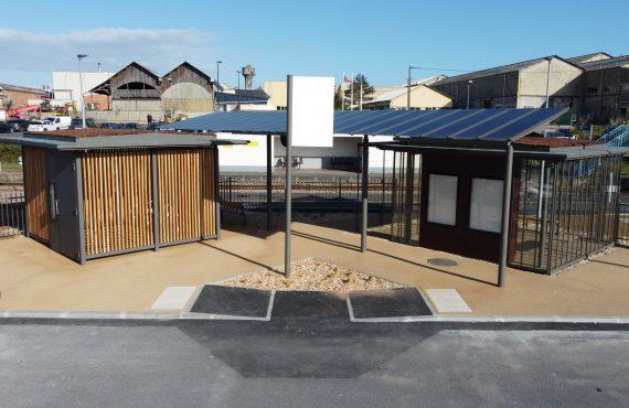 local vélo sécurisé et espace d'attente pour voyageurs de la halte éco-durable