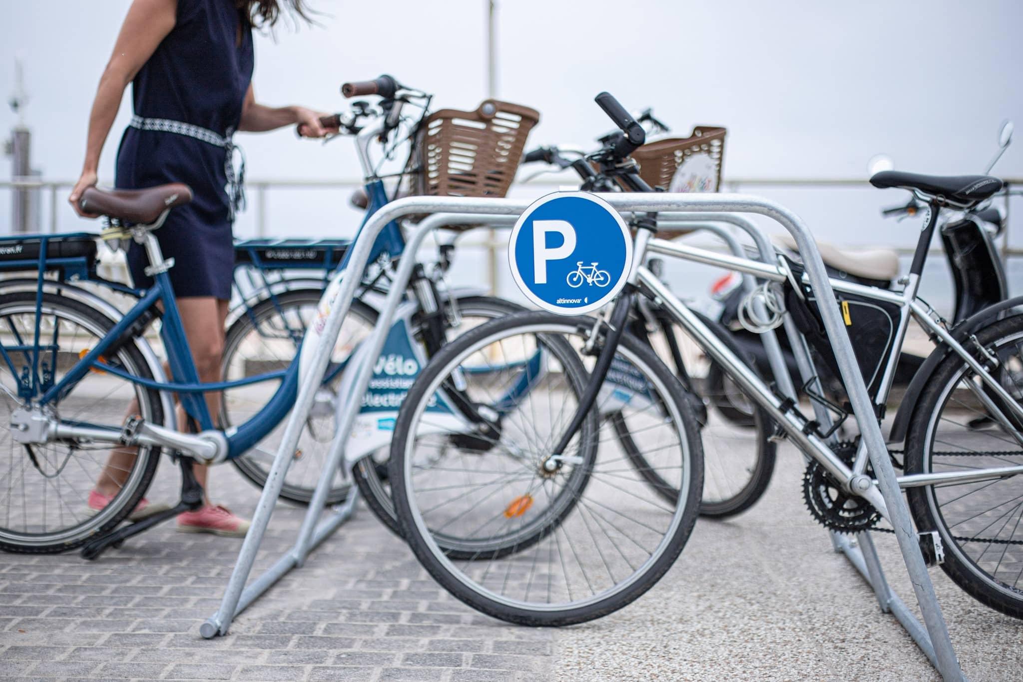 cycliste stationnant son vélo sur un rack ALTAO Mobile à Pornichet